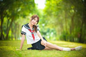 Обои Азиатки Боке Сидящие Трава Улыбка Униформа Галстуке Школьницы Девушки