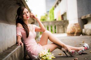 Картинки Азиатка Букет Боке Сидит Платья Ноги Взгляд молодая женщина