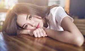 Фотография Азиаты Шатенка Смотрят Руки Красивые девушка