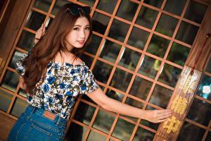 Фото Азиатки Шатенки Очки Смотрят Руки молодые женщины