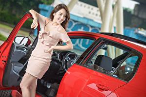Обои Азиаты Шатенка Улыбка Платье Руки Очки Девушки Автомобили картинки