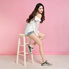 Фотография Азиатка Стулья Позирует Ноги Шорт Блузка Взгляд Шатенка молодые женщины