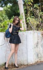 Фотографии Азиатка Сумка Позирует Униформа Ноги Туфли Очков молодая женщина