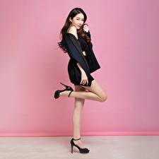 Фотографии Азиатки Позирует Шатенка Ноги Смотрят молодые женщины