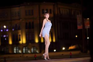 Картинки Азиаты Поза Платья Взгляд Ноги девушка