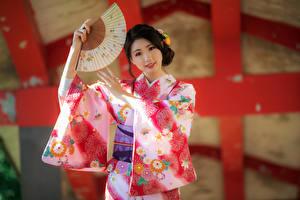Фотография Азиатка Поза Кимоно Веер Взгляд молодая женщина