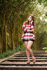 Фотография Азиатка Поза Ног Шатенка Боке молодая женщина