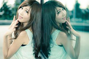 Фотография Азиатка Отражение Смотрят Руки Шатенка молодая женщина