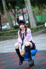 Обои Азиатки Сидящие Кепке Ног Взгляд Размытый фон молодые женщины