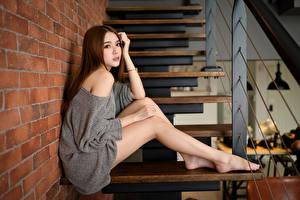 Картинки Азиатка Лестницы Сидящие Ног Взгляд Шатенки молодые женщины