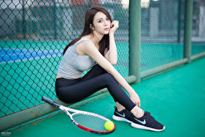 Обои Азиаты Теннис Размытый фон Брюнетки Майка Рука Ног Сидит Мячик Поза девушка