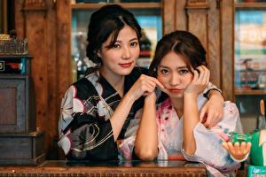 Фотография Азиаты Вдвоем Кимоно Объятие Взгляд Девушки