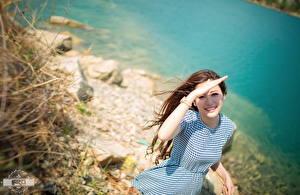 Фотографии Азиатка Наручные часы Размытый фон Шатенка Взгляд Улыбка Рука Платья девушка