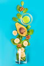 Фото Авокадо Бананы Цветной фон Стакане