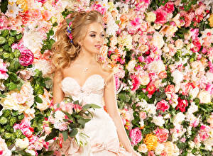 Обои Букет Свадьбы Невесты Платье Смотрит