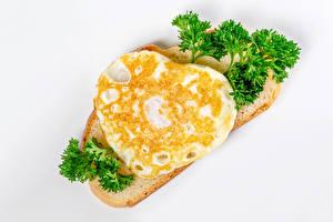 Картинка Хлеб Белом фоне Сердечко Яичницы Продукты питания