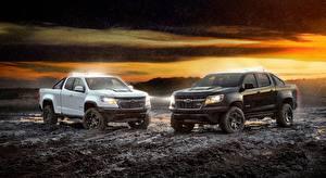 Обои для рабочего стола Chevrolet Двое Белый Черный Пикап кузов Грязь Colorado, ZR2, Midnight, Crew Cab, 2018 Автомобили картинки