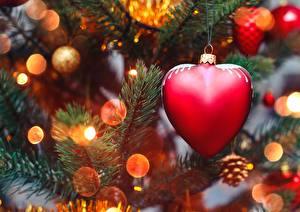 Обои для рабочего стола Новый год Вблизи Сердце На ветке