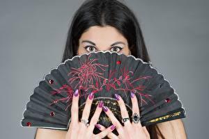 Фото Глаза Пальцы Сером фоне Брюнетки Взгляд Веер Кольца Маникюра девушка