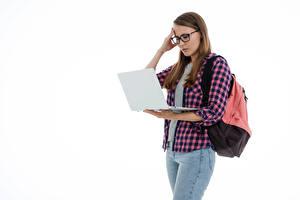 Обои Студентки Ноутбук Джинсы Рубашки Белый фон Очки молодая женщина