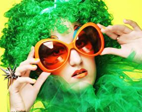 Картинка Пальцы Лица Очках Кольцо Волосы Зеленый молодые женщины