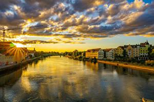 Фото Германия Дома Реки Рассветы и закаты Бавария Облачно Regensburg