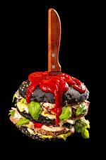 Обои для рабочего стола Гамбургер Нож Булочки Овощи Черный фон Кетчупом Продукты питания