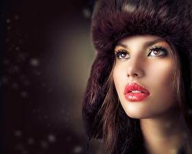 Картинка Шапка Смотрит Макияж Красные губы Лица Модель Judy Wilkins Девушки