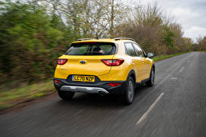 Обои KIA Дороги CUV Желтые Металлик Движение Вид сзади Stonic, UK-spec, (YB), 2021 Автомобили