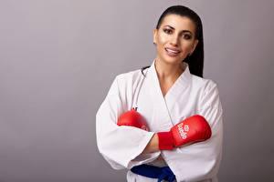 Фотография Сером фоне Брюнетка Смотрит Улыбка Кимоно Рука Перчатках Karate Девушки