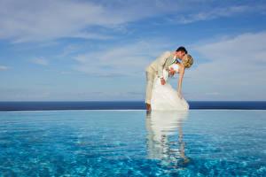Обои Реки Свадьба Жених Невеста Объятие Поцелуй Платье Блондинка Девушки картинки