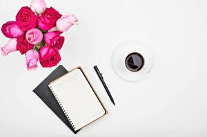 Фото Роза Кофе Белом фоне Чашка Блокнот Шариковая ручка Шаблон поздравительной открытки Цветы