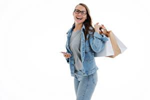 Фото Улыбается Счастливая Купили Очков Куртка Джинсы Смартфон Белым фоном молодая женщина