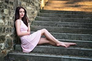 Картинка Лестница Брюнетка Платье Сидящие Ног Девушки