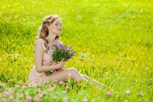 Картинка Лето Букет Трава Размытый фон Блондинка Сидит молодые женщины