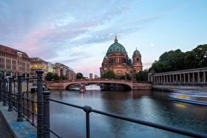Картинки Рассвет и закат Берлин Германия Река Мосты Собор Речные суда Berlin Cathedral, river Spree