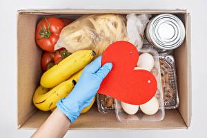 Обои День всех влюблённых Бананы Помидоры Рука Перчатках Сердце Коробка Яйца Продукты питания