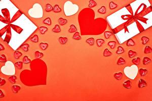 Картинки День святого Валентина Свечи Красном фоне Подарки Серце Бант Шаблон поздравительной открытки
