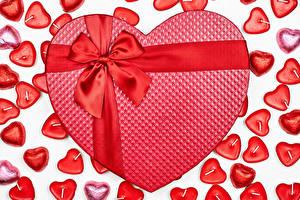 Обои День святого Валентина Конфеты Свечи Белый фон Красные Сердечко Бант