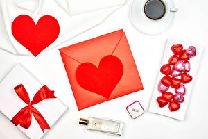 Фотографии День святого Валентина Конфеты Кофе Белым фоном Сердце Чашка Подарки Бантик Парфюм Конверт Пища