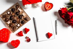 Картинки День всех влюблённых Конфеты Роза Сердца Блокнот Шариковая ручка Шаблон поздравительной открытки Еда
