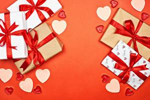Фотографии День всех влюблённых Подарок Сердца Бант Красный фон Шаблон поздравительной открытки