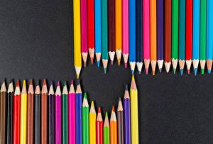 Фото День святого Валентина Сером фоне Сердце Карандашей Разноцветные