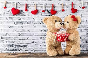 Обои для рабочего стола День святого Валентина Плюшевый мишка Два Стенка Прищепки Сердце Подарков