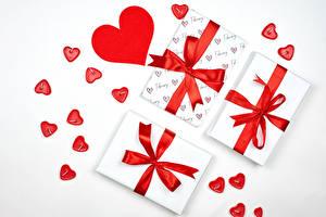 Фото День святого Валентина Белом фоне Подарок Сердечко Бантик