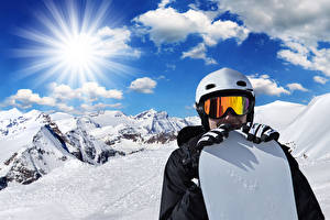 Картинка Зимние Мужчина Сноуборд Горы Снега Очки Шлем Лучи света Спорт