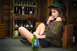 Фотография Азиатка Кепка Руки Бутылки Ног Девушки