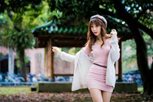 Фотография Азиаты Берет Шатенки Платье Рука Размытый фон Поза молодые женщины