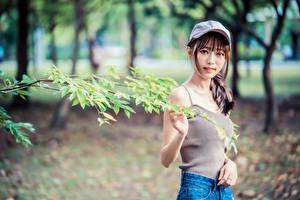 Фото Азиаты Боке Кепка Майка Ветки Взгляд молодые женщины