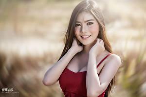 Картинки Азиатка Боке Шатенки Смотрят Улыбается Руки молодые женщины